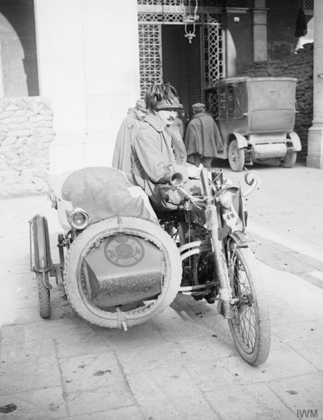 An Italian motorcyclist of the Bersaglieri with an Indian sidecar motocycle. © IWM (Q 26037)