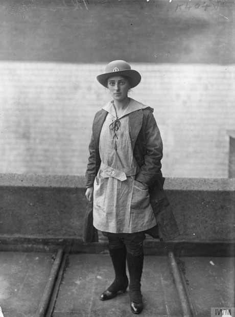 A member of the Women's Land Army, agricultural section © IWM (Q 30385)